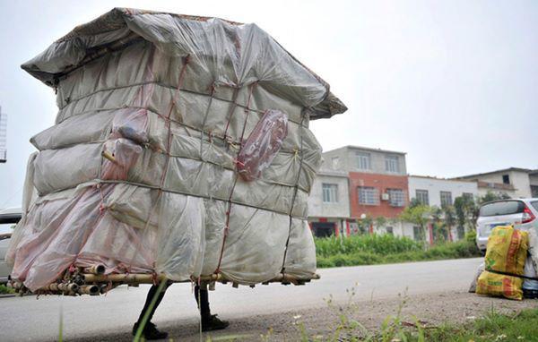 9, Thêm một ngôi nhà di động nữa nhưng không được lắp bánh xe mà di chuyển bằng chính đôi chân của chủ nhà.
