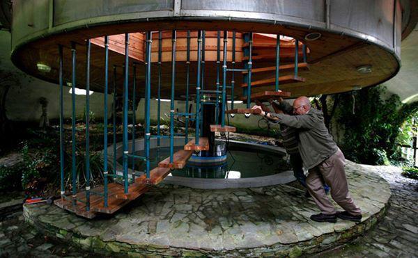 10, Ngôi nhà này do một kiến trúc sư 73 tuổi tự tay xây dựng, nó có thể xoay quanh trục, nâng cao lên hoặc hạ thấp xuống sát mặt đất.