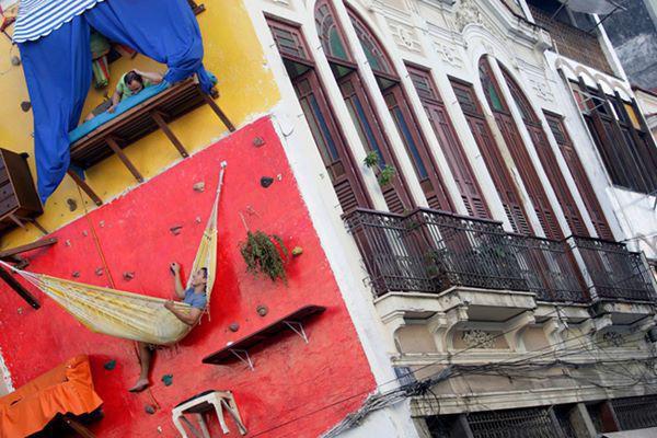"""11, """"Nhà"""" của nghệ sĩ người Brazil Brazil Tiago Primo và anh trai ông chỉ là những tấm võng, bạt, được đóng trực tiếp lên tường của một ngôi nhà khác."""