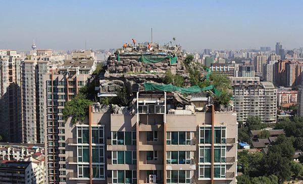 12, Ngôi nhà lấy ý tưởng từ Hoa Quả Sơn với núi đá giả và cây cối rậm rì được đặt trên nóc một tòa nhà 26 tầng ở Bắc Kinh, Trung Quốc.