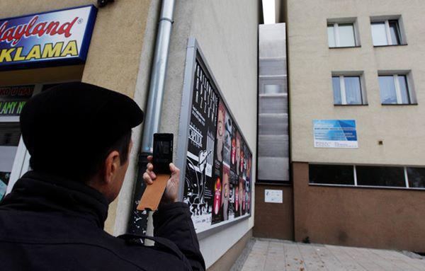 13, Một người đàn ông đang chụp ảnh căn nhà hẹp nhất thế giới ở ở Warsaw, Ba Lan. Tại điểm hẹp nhất, căn nhà chỉ rộng 92cm.