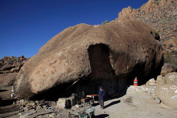14, Ông Benito Hernandez đứng bên cạnh ngôi nhà mái đá của mình ở bang Coahuila phía bắc Mexico. Gia đình ông đã sống ở đây khoảng hơn 30 năm.