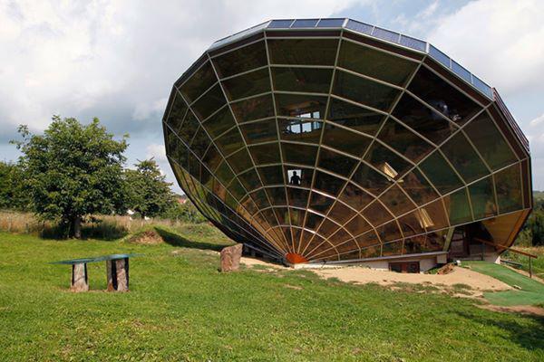 15, Kiến trúc của công trình này như một chiếc đồng hồ mặt trời khổng lồ, toàn bộ vách tường làm từ kính có thể tạo bóng râm mát cho mùa hè và hấp thụ ánh nắng mùa đông để sưởi ấm. Căn nhà có kiến trúc lấy ý tưởng từ một viên kim cương, nằm ở miền đông nước Pháp.