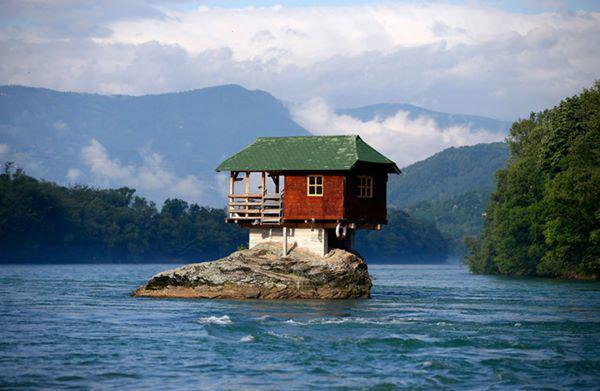 17, Một ngôi nhà nhỏ xinh như cổ tích được xây dựng trên đá ở Serbia. Ngôi nhà này được những người thích bơi lội quanh sông Bajina Basta xây dựng để làm nơi nghỉ chân.
