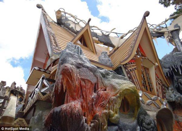 Căn nhà không chỉ nổi tiếng ở nước ta mà còn được rất nhiều người trên thế giới biết đến với kiến trúc vô cùng kì dị.