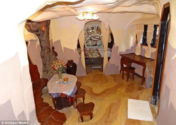 Cả ngoại thất và nội thất của căn biệt thự đều được trang hoàng theo phong cách kì bí, ma mị và độc đáo.