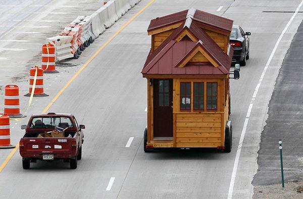 """8, Nhà di động chỉ khoảng 9,3 m2 đang """"bon bon"""" trên đường."""