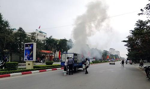 Xe tải cháy nghi ngút trên đại lộ Lê Lợi. Ảnh: Lam Sơn.