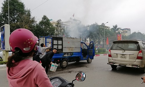 Nguyên nhân vụ cháy được cho là do tài xế nấu bánh chưng trên thùng xe. Ảnh: Lam Sơn.