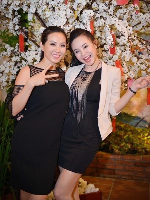 Vy Oanh còn chia sẻ lại những bài báo từng viết về những sự kiện hai chị em có mặt cùng nhau