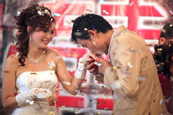 Hiệp Gà hôn tay vợ 2 và nói những lời hứa ngọt ngào.