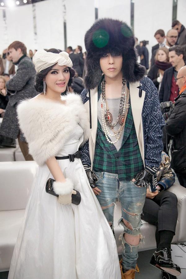 Và cô tự tin bên cạnh ca sĩ G-Dragon.