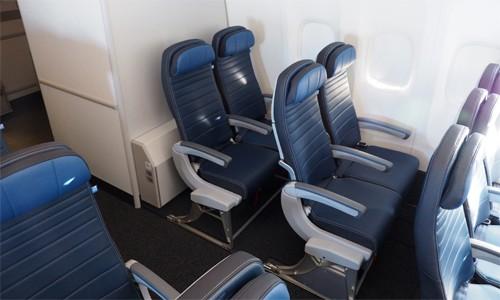 Dù đi bất kỳ đâu, chuyến bay ngắn hay dài, John Burfitt chỉ chọn hàng ghế cuối cùng. Ảnh: The Points Guy.