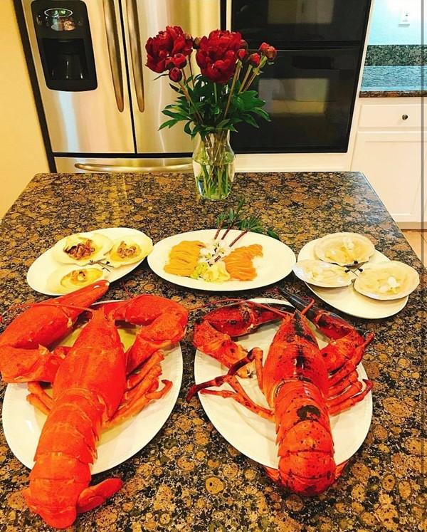 Bữa ăn sang trọng của Phạm Hương tại nhà.