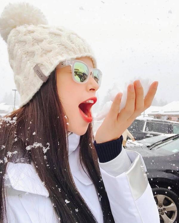 Phạm Hương thích thú đi trượt tuyết vào dịp Giáng sinh vừa qua. Trước những lời đồn sang Mỹ sinh con, người đẹp cảm thấy không cần thiết phải đính chính. Tôi sống cho bản thân mình là đủ, thay vì mãi lo về suy nghĩ của người khác.