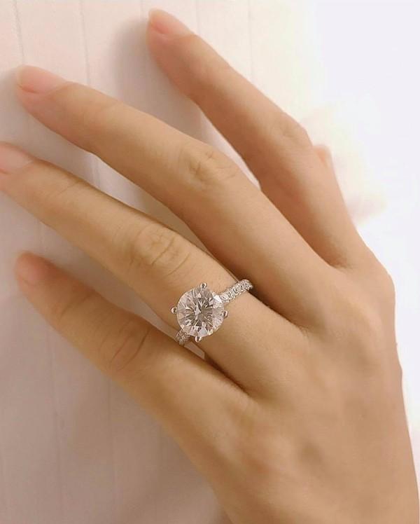Dịp 14/2 vừa qua, Phạm Hương gây xôn xao khi khoe nhẫn kim cương và xác nhận được bạn trai cầu hôn tại Mỹ. Cô dí dỏm đùa khi nào tổ chức đám cưới, nhất định sẽ thông báo để fanclub cùng góp tiền mừng.