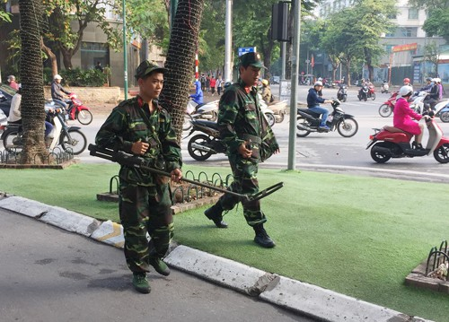 Lực lượng chức năng thực hiện biện pháp nghiệp vụ trên đường phố. Ảnh: T.L