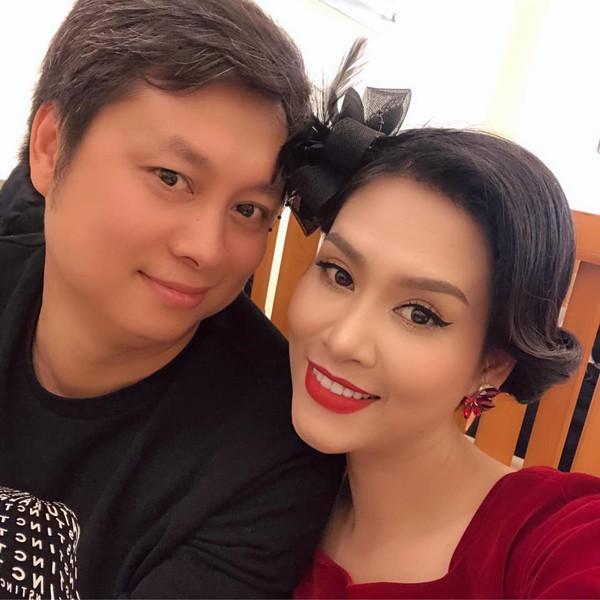 Thành Vinh và diễn viên Hà Hương trong buổi gặp mặt gia đình.
