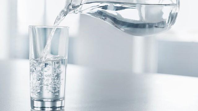 Uống đủ nước, đại tiểu tiện đúng giờ sẽ tốt cho thận.