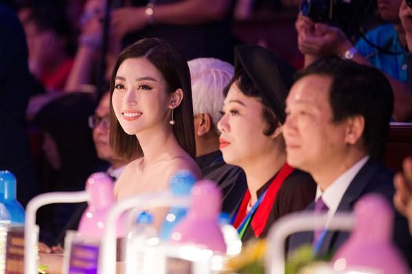 Đỗ Mỹ Linh xuất hiện tươi xinh trong vai trò giám khảo một cuộc thi nhan sắc tại Bắc Ninh.