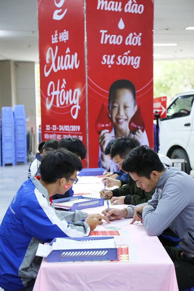 Đông đảo bạn trẻ Hà Nội tham gia hiến máu