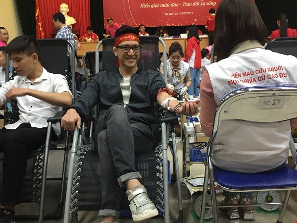 Diễn viên Chí Nhân tham gia hiến máu