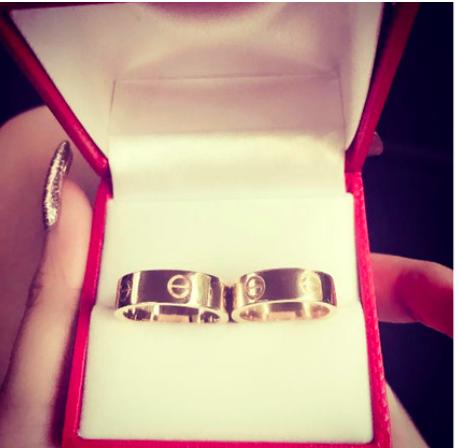 Nhẫn đôi đắt đỏ không kém của cặp đôi.
