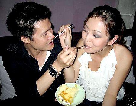 """Quang Dũng và Hoa hậu châu Á tại Mỹ năm 2006, Jennifer Phạm gặp nhau lần đầu khi cùng tham gia diễn xuất trong bộ phim nhựa """"Những chiếc lá thời gian"""" vào cuối năm 2006. Họ nhanh chóng bị tiếng sét tình yêu đánh trúng rồi thường xuyên công khai xuất hiện và thổ lộ tình cảm dành cho nhau trên truyền thông."""