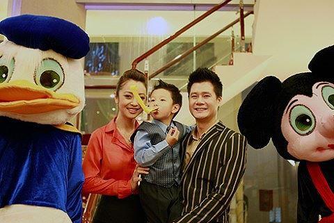 """Đầu năm 2008, con trai Bảo Nam chào đời khiến hạnh phúc của họ nhân thêm nhiều lần. Tuy nhiên vào cuối năm 2009, Quang Dũng và Jennifer Phạm đã """"đường ai nấy đi"""" sau 3 năm chung sống."""