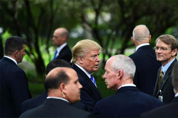 Tổng thống Trump luôn có đội ngũ mật vũ đông đảo tháp tùng trong các chuyến công du. Ảnh: The Nation
