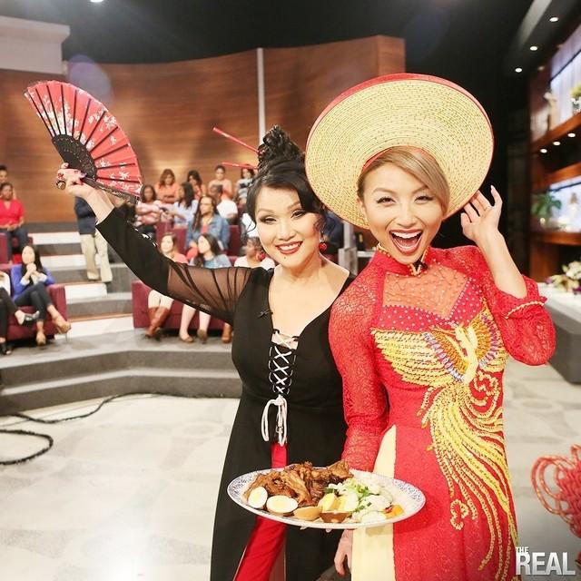 Jeannie Mai và mẹ mặc áo dài trong The Real.