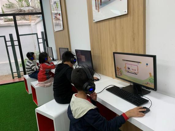 Trẻ được tiếp cận hệ thống E-learning tiên tiến để có thể học mọi lúc mọi nơi.