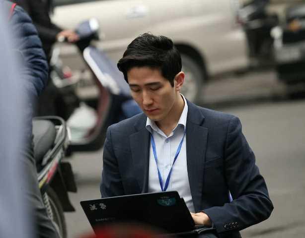 Hình ảnh phóng viên Baek Seung-woo của đài Channel A (Hàn Quốc) tác nghiệp tại Hà Nội nhận được nhiều lời khen của cộng đồng mạng.