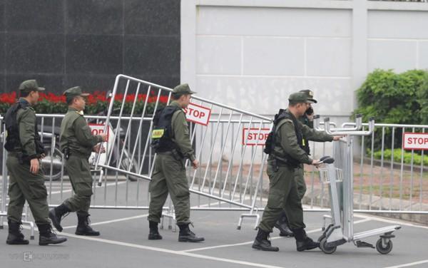 Lực lượng an ninh triển khai nhiệm vụ, kiểm soát người ra vào. Ảnh Vnexpress