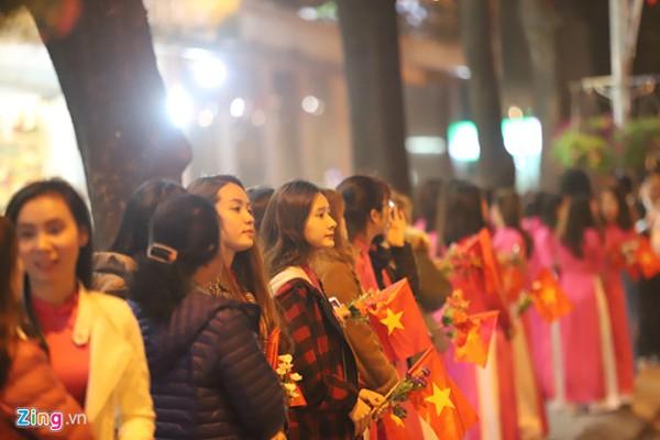 Người Hà Nội cầm cờ, hoa đứng bên đường đón Tổng thống Trump. Ảnh Zing.vn