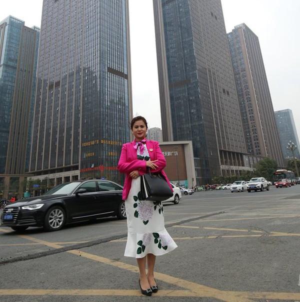 Ngoài màu trắng, màu hồng đậm cũng hay được bà Diệp Thảo lựa chọn. Vest hồng khoác ngoài váy hoa trắng cùng túi xách Prada