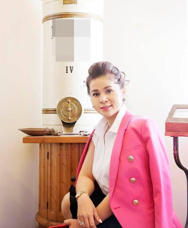 Có thể nói chiếc áo vest hồng này là món đồ yêu thích của nữ tướng cà phê