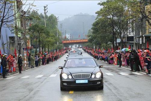 Người dân đứng kín hai bên đường để chào đón nhà lãnh đạo Triều Tiên.
