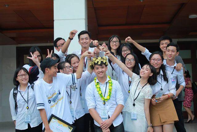 Xuân Phương (giữa ảnh) cùng với bạn bè