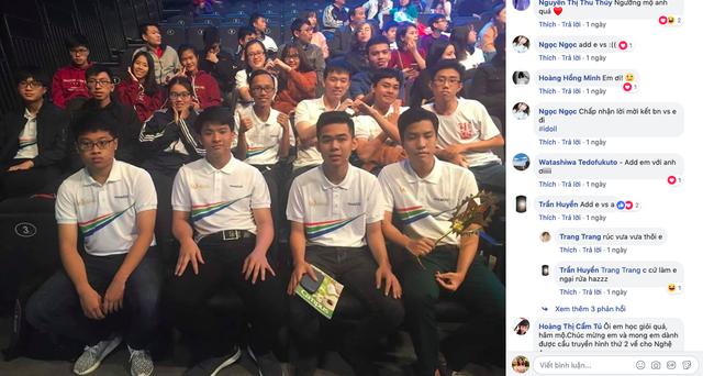 Rất nhiều bạn trẻ mong được kết bạn với Xuân Phương (người thứ 2 từ trái qua) và mong Phương chụp ảnh đăng Facebook
