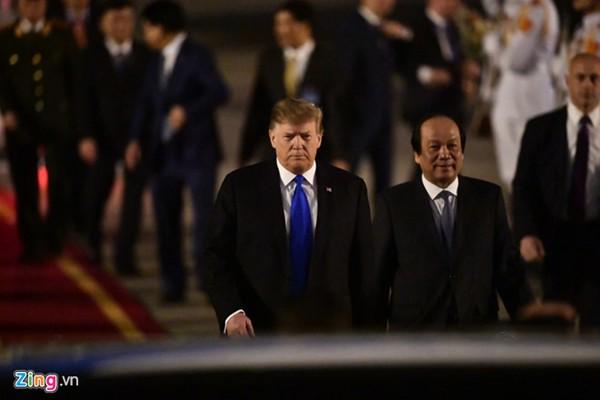Tổng thống Donald Trump tại sân bay Nội Bài.