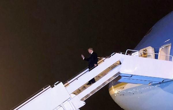 Tổng thống Donald Trump bước ra vẫy chào mọi người. Ảnh Thông tấn xã Việt Nam