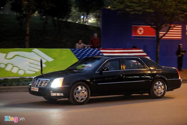 Xe quái thú đi đón Tổng thống Donald Trump tại sân bay Nội Bài. Ảnh Zing.vn