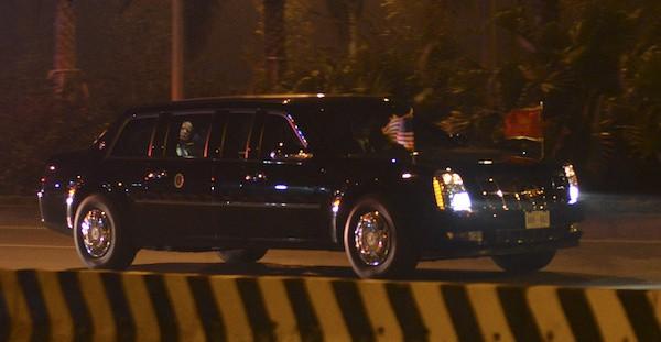 Được biết, Tổng thống Trump bật đèn trong xe khi ngồi lên chiếc quái thú. Ảnh Vnexpres