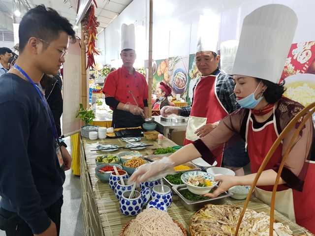 Các đầu bếp ở quầy bún thang luôn tay phục vụ các phóng viên trong nước và quốc tế.