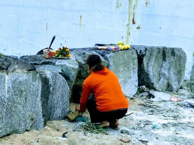 Người thân thắp hương mong sớm tìm thấy được thi thể cháu bé