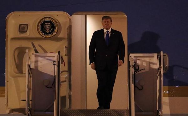 Báo Indonesia, The Jarkate Post cũng đưa hình ảnh ông Trump bước ra từ máy bay chào mọi người. Ảnh: The Jarkata Post