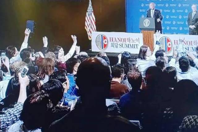Rất nhiều cánh tay của các PV được giơ lên, ai cũng đều muốn gửi câu hỏi của mình đến Tổng thống Donald Trump.