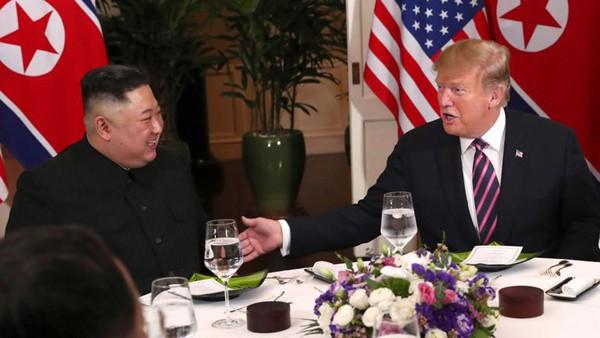 Hai nhà lãnh đạo trò chuyện cởi mở và thoải mái cùng nhau.