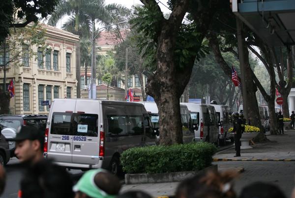 Rất nhiều xe loại 16 chỗ đứng bên ngoài khách sạn.